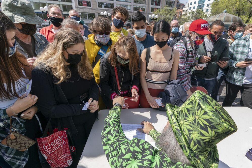 في 20 أبريل 2021، رجل يرتدي زي القنب يقوم بتوزيع سجائر الماريجوانا في نيويورك خلال حدث جوينتس فور جابز، حيث حصل البالغون الذين أظهروا بطاقات التطعيم الخاصة بـ كوفيد-19 على بطاقات اشتراك مجانية: البيرة والوعاء والدونات مجانا، سندات الادخار، تذكرة يانصيب لعربة ثلجية.