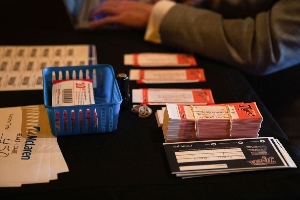 تذاكر لمباريات بيسبول مجانية في أحد مواقع التطعيم في ديترويت، لمن تلقى تطعيما ضد كوفيد -19، الولايات المتحدة الأمريكية، 11 يونيو 2021