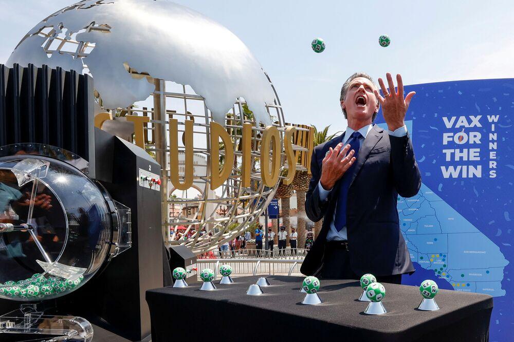 محافظ كاليفورنيا، غافن نيوسوم، يلعب بكرات اليانصيب خلال مسابقة برنامج وين فاكس في يونيفرسال ستوديوز هوليوود في يونيفرسال سيتي، لوس أنجلوس، كاليفورنيا، الولايات المتحدة، 15 يونيو 2021