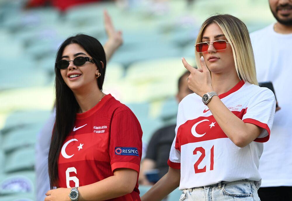 مشجعات المنتخب التركي