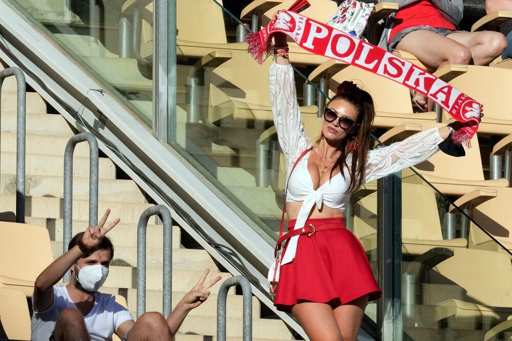 مشجعة المنتخب البولندي