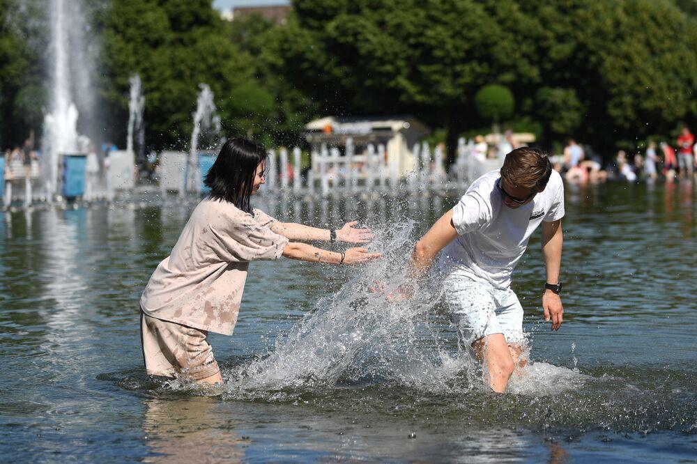 مواطنون يدخلون نافورة مياه