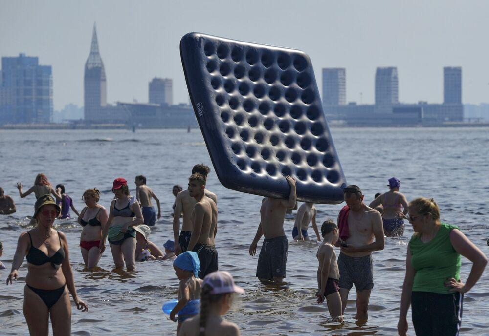 مواطنون وسياح يسبحون في سان بطرسبورغ