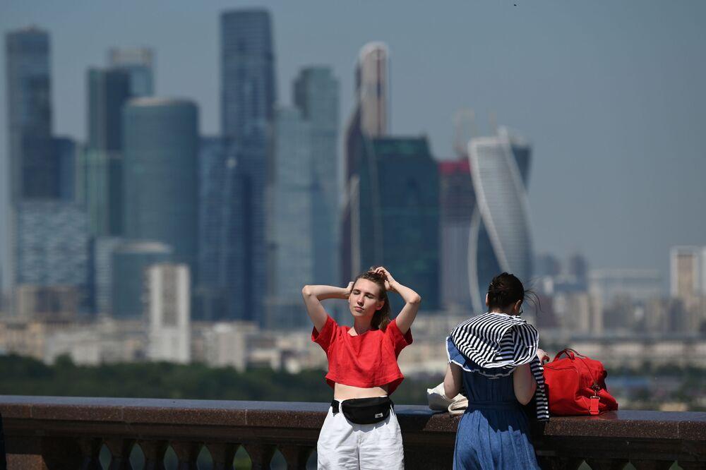 فتيات خلال نزهة على ضفة فوروبيوفيه