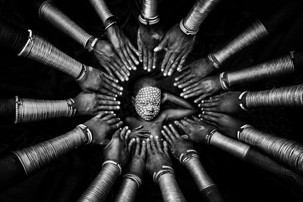 صورة بعنوان الهوية القبلية (قبيلة سوري في إثيوبيا)، للمصور الميانماري زاي يار لين، الفائز في فئة دراسة شخصية، من مسابقة التصوير الدولية أفضل مصور البورتريه للعام 2021