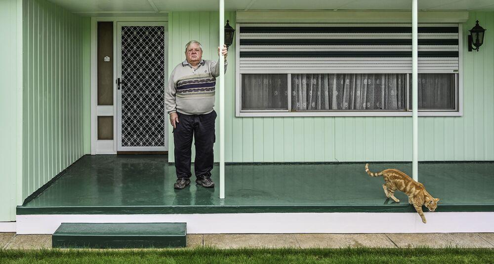 صورة بعنوان القط والشرفة (جنوب أستراليا)، للمصورة الأسترالية كارين وولر، الفائزة بالمركز الثاني في فئة بورتريه بيئي، من مسابقة التصوير الدولية أفضل مصور البورتريه للعام 2021