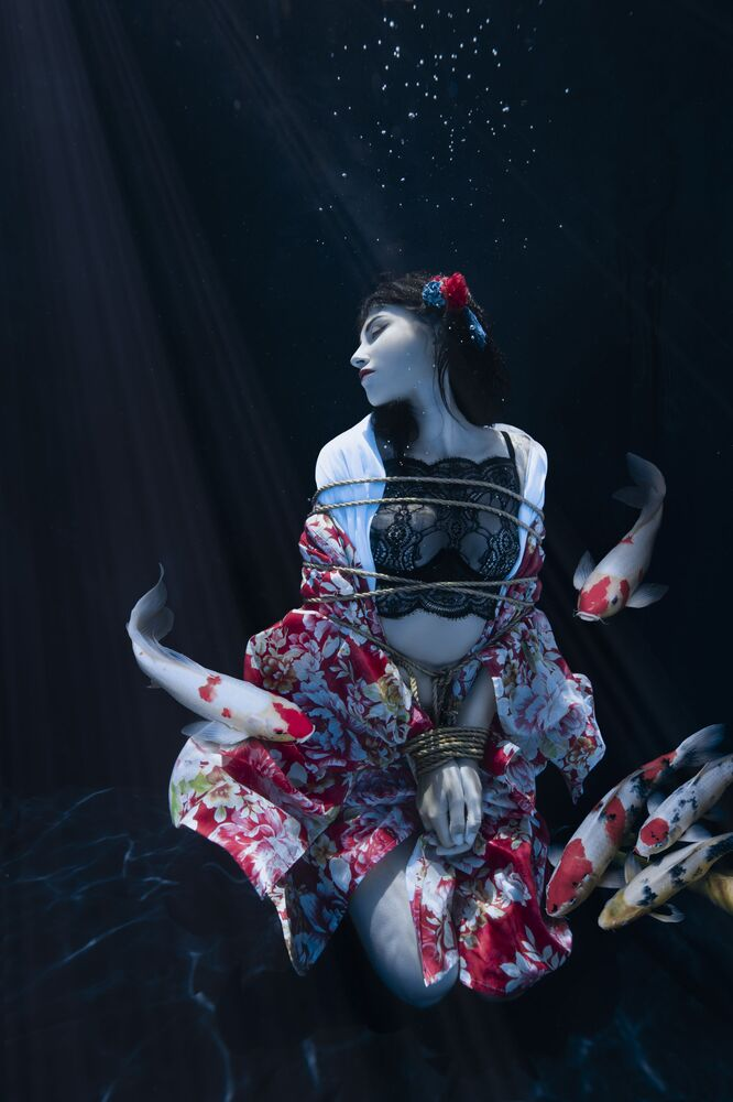 صورة بعنوان بركة شيباري (جلسة تصوير الموضة)، للمصورة الفرنسية شارلوت بوريه، المرشحة لنهائي المسابقة عن فئة بورتريه بيئي، من مسابقة التصوير الدولية أفضل مصور البورتريه للعام 2021