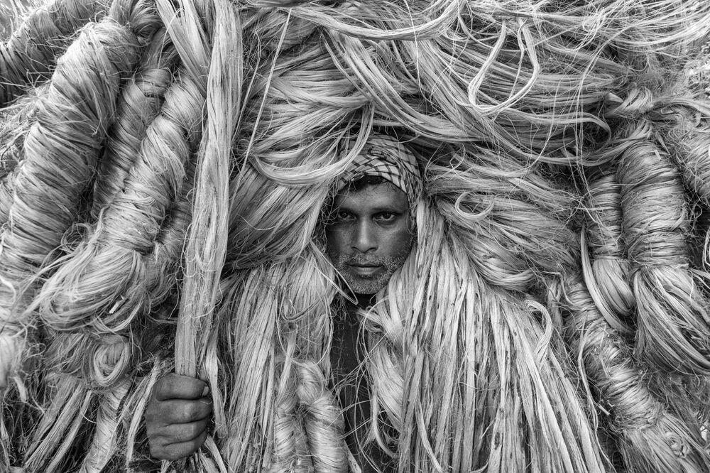 صورة بعنوان رجل الألياف الذهبية ، للمصور البنغلاديشي عظيم خان روني، الفائز بالمركز الثالث في فئة بورتريه بيئي، من مسابقة التصوير الدولية أفضل مصور البورتريه للعام 2021