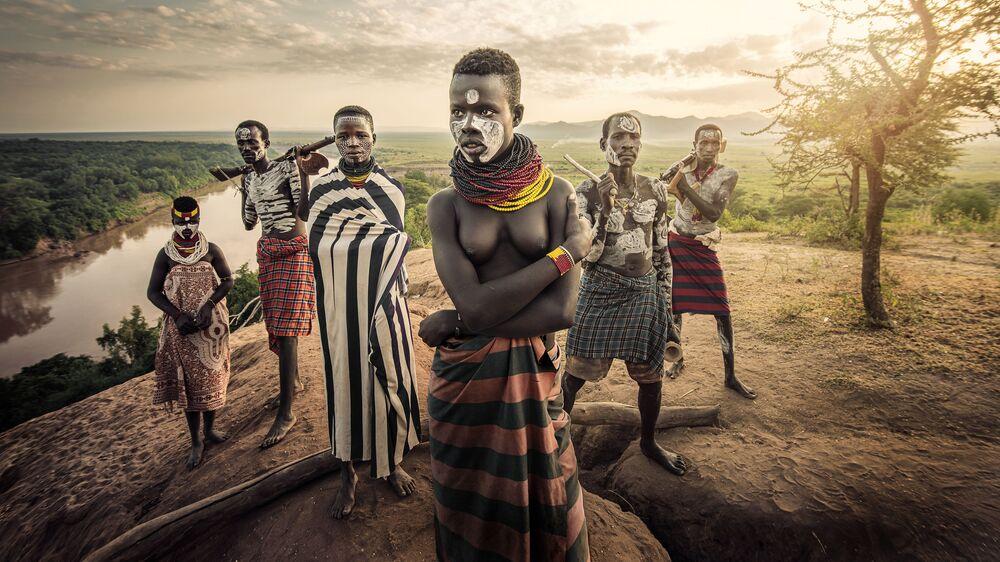 صورة بعنوان شعب النهر (قبيلة كارو على ضفاف النيل جنوب السودان)، للمصور التايواني جاتينيبات كيتبراديت، الفائز بالمركز الثاني في فئة تجمع عائلي، من مسابقة التصوير الدولية أفضل مصور البورتريه للعام 2021