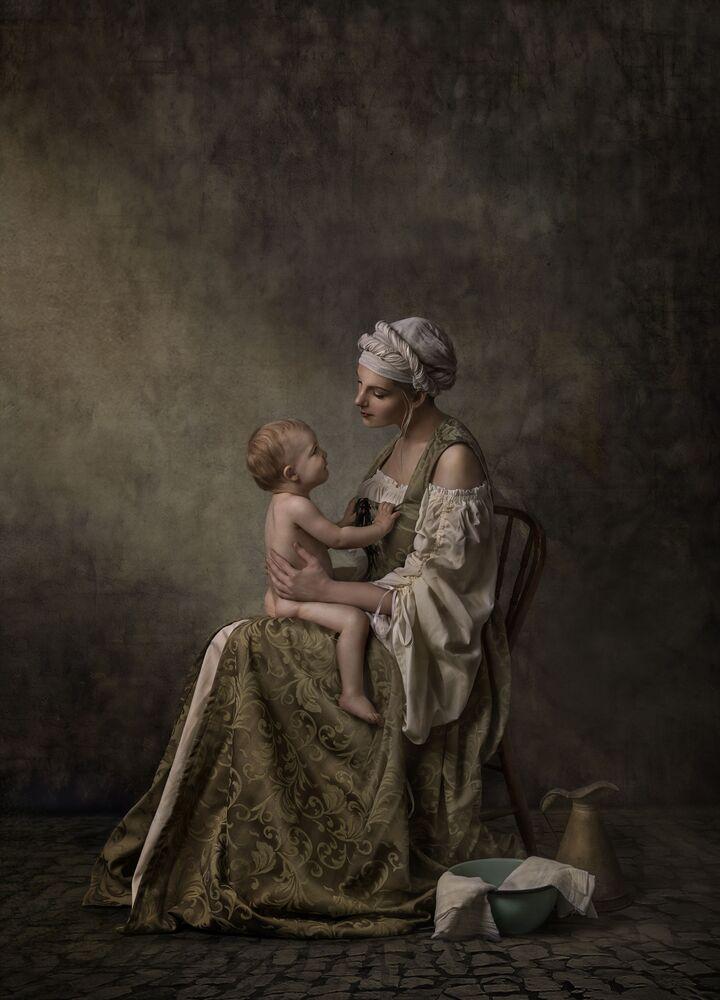 صورة بعنوان تواصل صامت، للمصورة الأسترالية نانسي فلاميا، الفائزة بالمركز الثالث في فئة تجمع عائلي، من مسابقة التصوير الدولية أفضل مصور البورتريه للعام 2021
