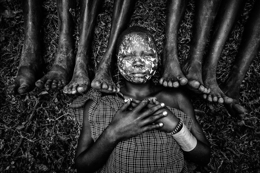 صورة بعنوان عذراء قبيلة سوري (25 عاما ولاتزال عزباء وتحت حماية عائلتها، جنوب إثيوبيا)، للمصور الميانماري زاي يار لين، الفائز بالمركز الأول في فئة تجمع عائلي، من مسابقة التصوير الدولية أفضل مصور البورتريه للعام 2021