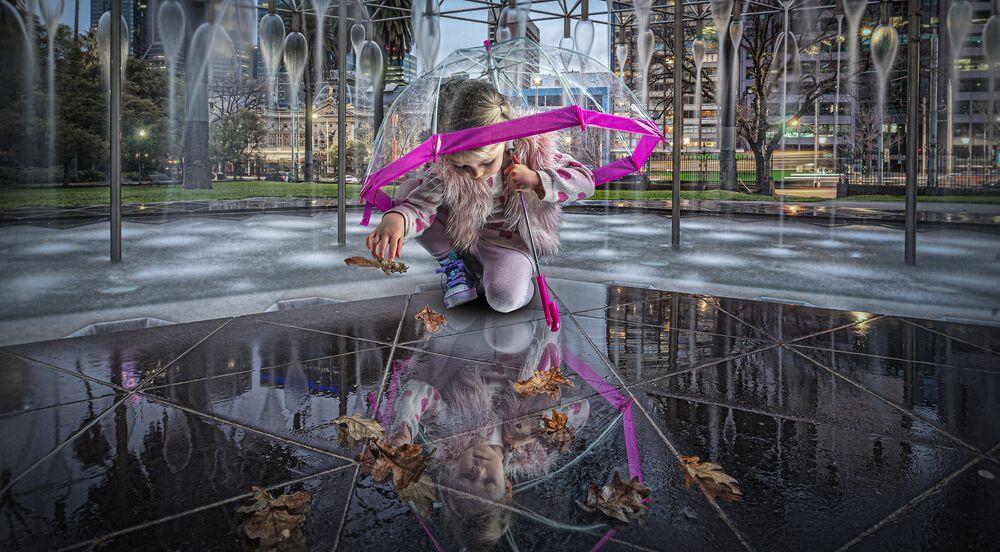 صورة بعنوان بركة شيباري (ينبوع الشباب)، للمصور الأسترالي أدريان دونوغه، المرشح لنهائي المسابقة عن فئة بورتريه قصة، من مسابقة التصوير الدولية أفضل مصور البورتريه للعام 2021