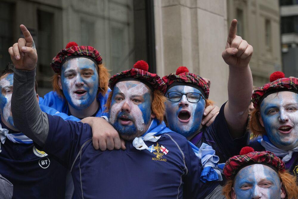 يتجمع مشجعو اسكتلندا في ليستر سكوير قبل مباراة المجموعة الرابعة في بطولة أوروبا 2020 بين إنجلترا واسكتلندا، في لندن، 18 يونيو 2021