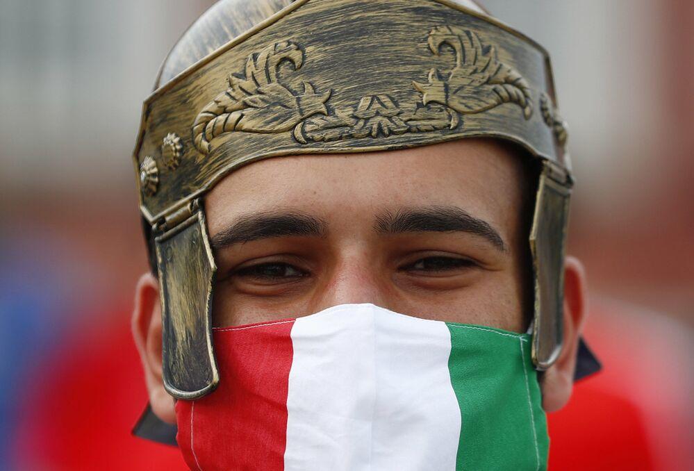 مشجع إيطاليا خارج الملعب قبل مباراة المجموعة A بين إيطاليا وسويسرا في ملعب أولبيكو في روما، إيطاليا 16 يونيو 2021