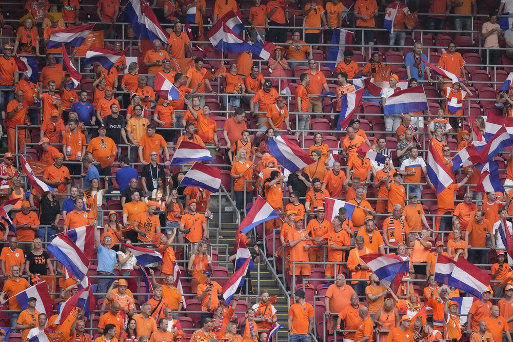 مشجعو هولندا يهتفون قبل مباراة المجموعة C في كأس بطولة الأمم الأوروبية 2020، بين هولندا والنمسا، في ملعب يوهان كرويف أرينا في أمستردام، هولندا 17 يونيو 2021