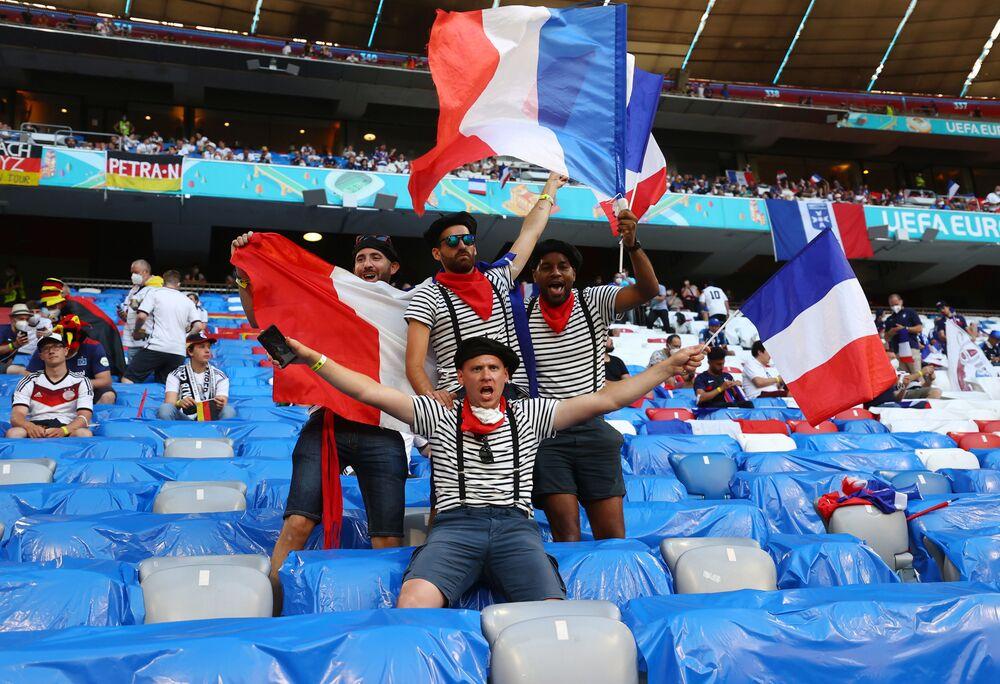 مشجعو المنتخب الفرنسي في المدرجات قبل مباراة المجموعة F في ميونيخ ، ألمانيا، 15 يونيو 2021
