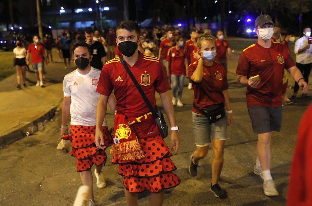 مشجعو المنتخب الإسباني في المدرجات قبل مباراة  السويد - إسبانيا من المجموعة E في  ملعب لا كارتوخا في إشبيلية، إسبانيا، 14 يونيو 2021