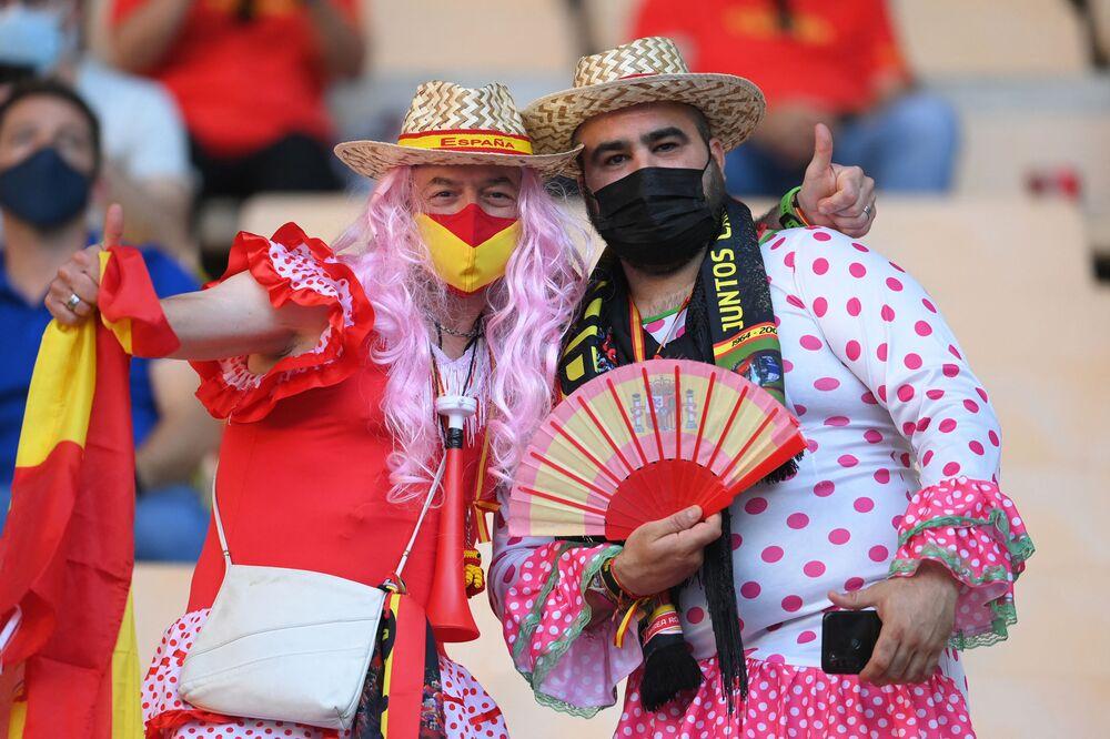 مشجعو إسبانيا يقفون لالتقاط صورة قبل مباراة كرة القدم في المجموعة الخامسة يورو 2020 بين إسبانيا وبولندا على أرض ملعب لا كارتوخا في إشبيلية، إسبانيا، 19 يونيو 2021