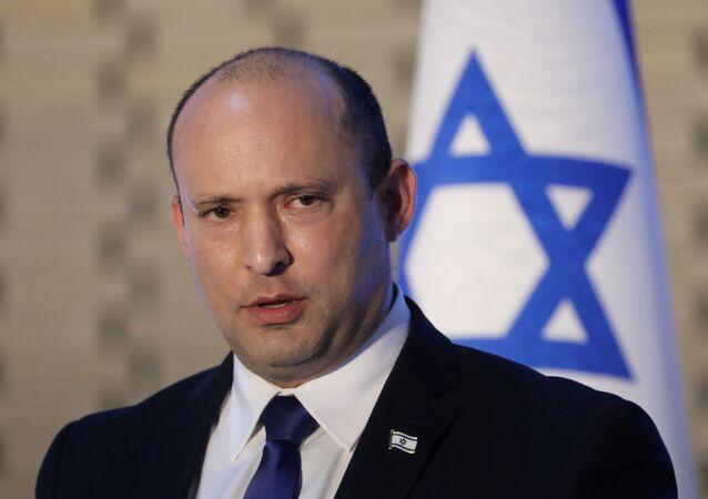 رئيس الوزراء الإسرائيلي نفتالي بينيت يتحدث خلال حفل تأبين للجنود الذين سقطوا في حرب 2014 مع غزة ، في قاعة إحياء ذكرى المقبرة العسكرية في جبل هرتسل في القدس ، 20 يونيو 2021