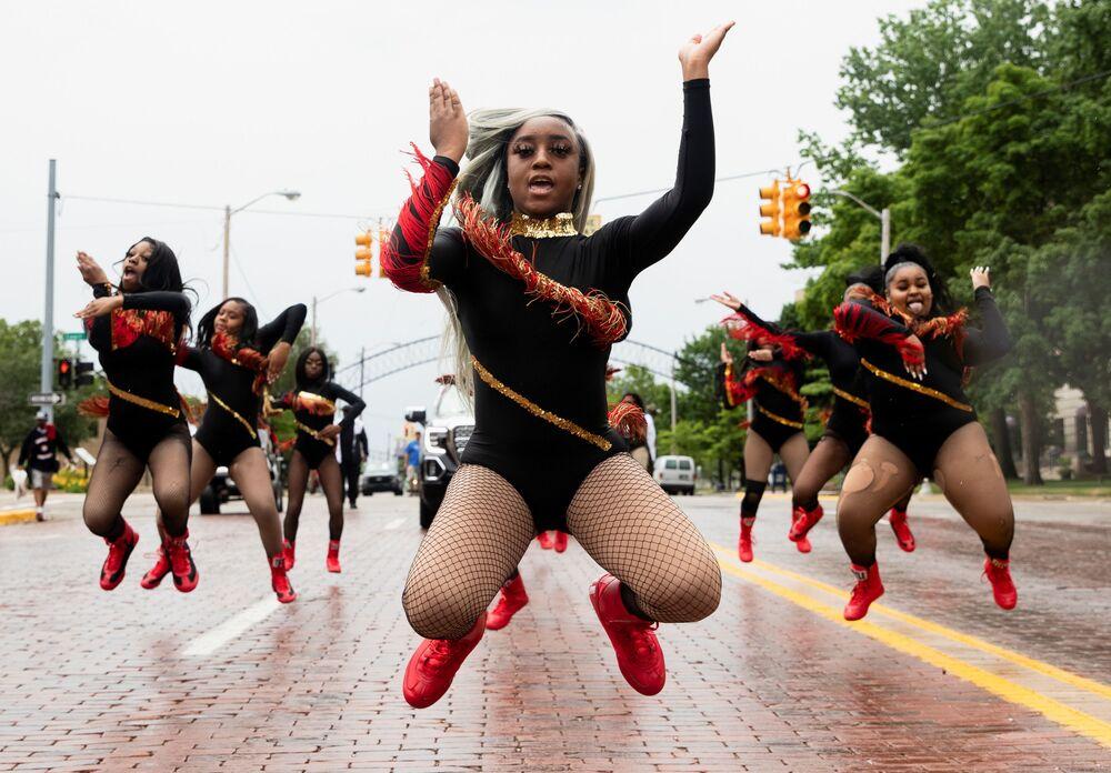 قائدة فرقة الرقص، شاير مي هاريس، تقود المشاركات الفرقة من أجل حب ستوديو الرقص أثناء الاستعراض احتفالا بيوم جونتينث، هو عطلة يُحتفل بها بتحرّر أولئك الذين كانوا عبيداً في الولايات المتحدة، ولاية ميتشيغان، 19 يونيو 2021