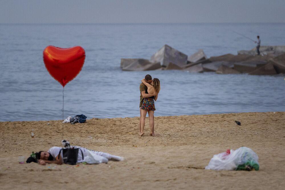 زوجان على الشاطئ في الصباح الباكر في برشلونة، إسبانيا 20 يونيو 2021