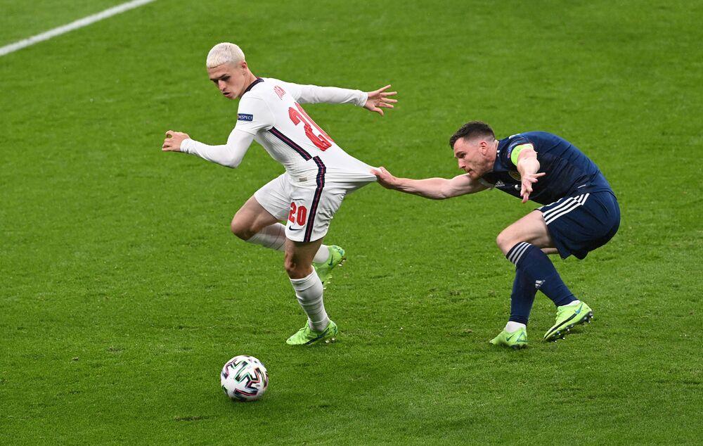 الإنجليزي فيل فودين في مباراة مع الاسكتلندي أندرو روبرتسون، خلال تصفيات المجموعة الرابعة من يورو 2020 على أرض ملعب ويمبلي، لندن، بريطانيا 18 يونيو 2021