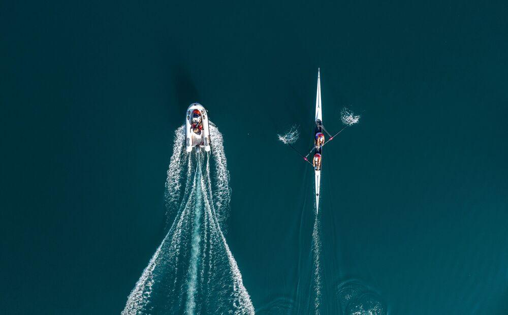 صورة درون لفريق التجديف الكرواتي مارتن، سينكوفيتش وفالنت سينكوفيتش، أثناء تدريبات التجديف مع مدربهما في بحيرة بيروكا، لحضور أولمبياد طوكيو 2020، بالقرب من سينج، كرواتيا، 19 يونيو 2021