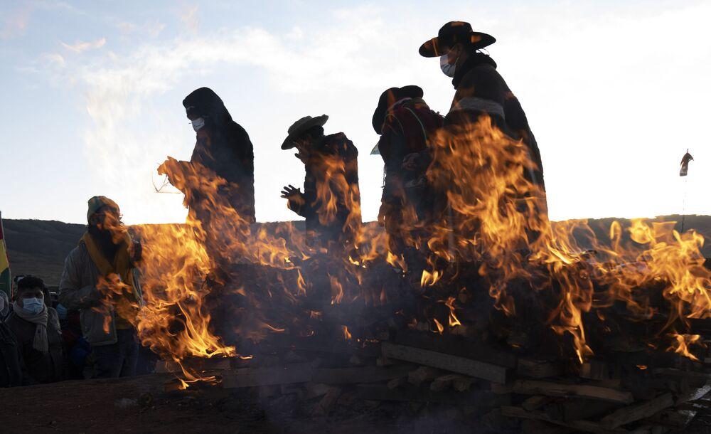 قادة دين الأصليون لشعب أيمارا ينهون طقوس العام الجديد في مدينة تيواناكو القديمة، بوليفيا، في وقت مبكر من يوم 21 يونيو 2021