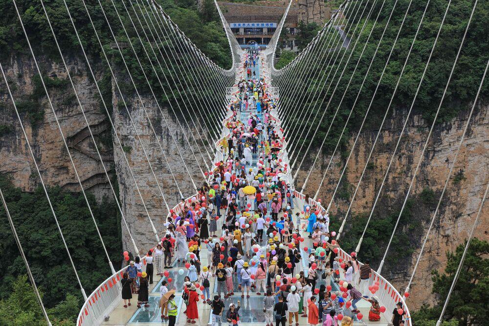 جسر ذو قاع زجاجي في تشانغجياجيه، الصين