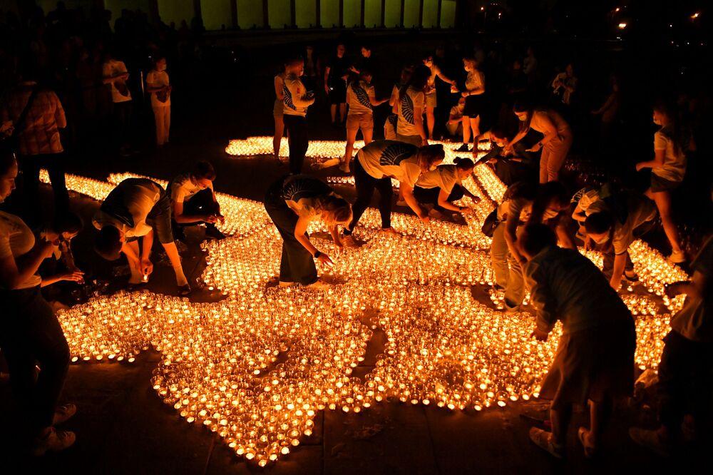 المشاركون في فعالية إضاءة شمعة الذاكرة أمام متحف النصر في موسكو، في يوم ذكرى اندلاع الحرب الوقتية العظمى في الاتحاد السوفيتي، روسيا 21 يونيو 2021