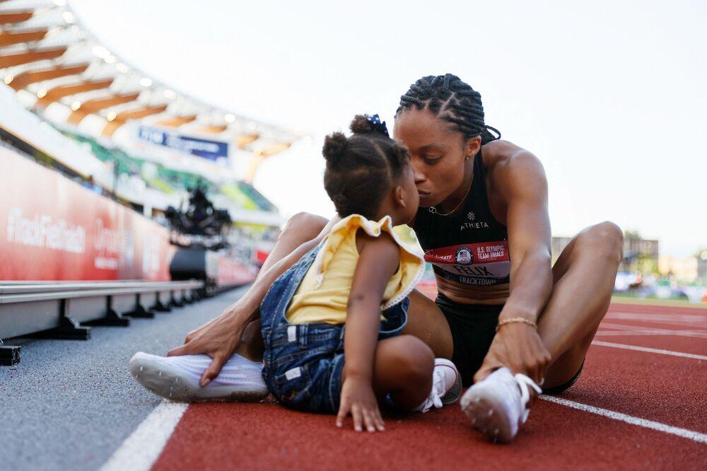 تحتفل الرياضية أليسون فيليكس مع ابنتها كامرين بحصولها على المركز الثاني في نهائي 400 متر للسيدات، في اليوم الثالث من تجارب مسار الركض والساحات الأولمبية الأمريكية 2020 في هايوارد فيلد في 20 يونيو 2021 في يوجين، أوريغون الأمريكية.
