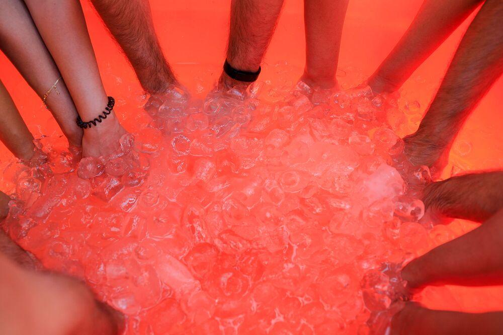 حمام جليدي في الصحراء الشارقة