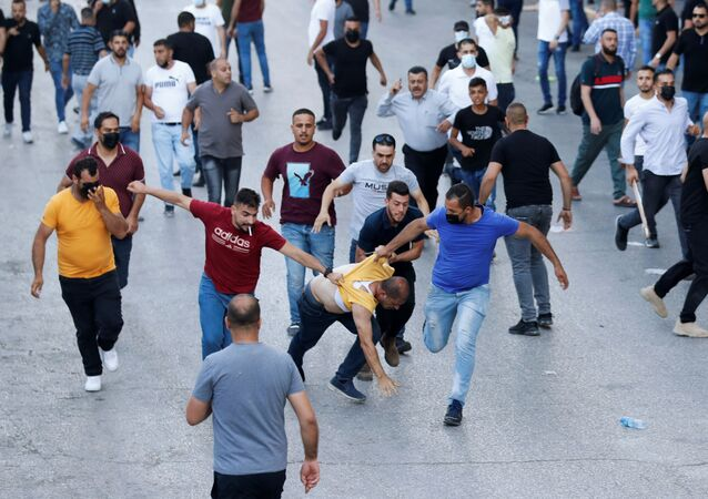 قوات أمن فلسطيني متخفية تعتقل المتظاهرين