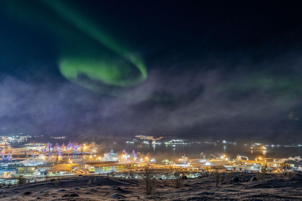 صورة بعنوان الشفق القطبي في مورمانسك الروسية، للمصور الروسي فيتالي نوفيكوف، يدخل ضمن القائمة القصيرة لمسابقة التصوير الدولية مصور المرصد الملكي الفلكي للعام