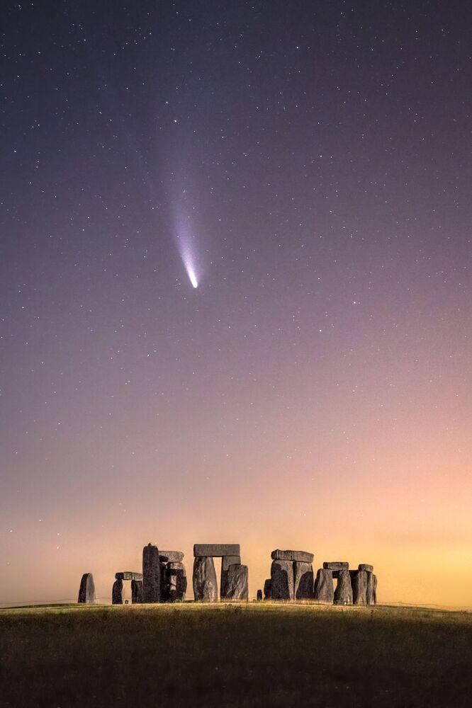 صورة بعنوان المذنب نيووايز، للمصور البريطاني جيمس راشفورث، يدخل ضمن القائمة القصيرة لمسابقة التصوير الدولية مصور المرصد الملكي الفلكي للعام