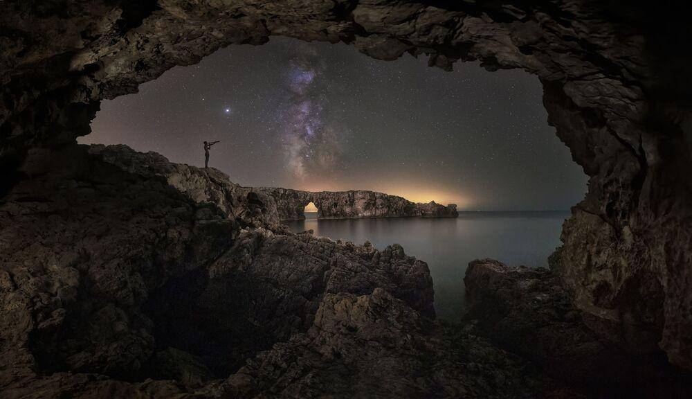 صورة بعنوان مراقب النجوم، للمصور الإسباني أنتوني كلاديرا بارسيلو، يدخل ضمن القائمة القصيرة لمسابقة التصوير الدولية مصور المرصد الملكي الفلكي للعام