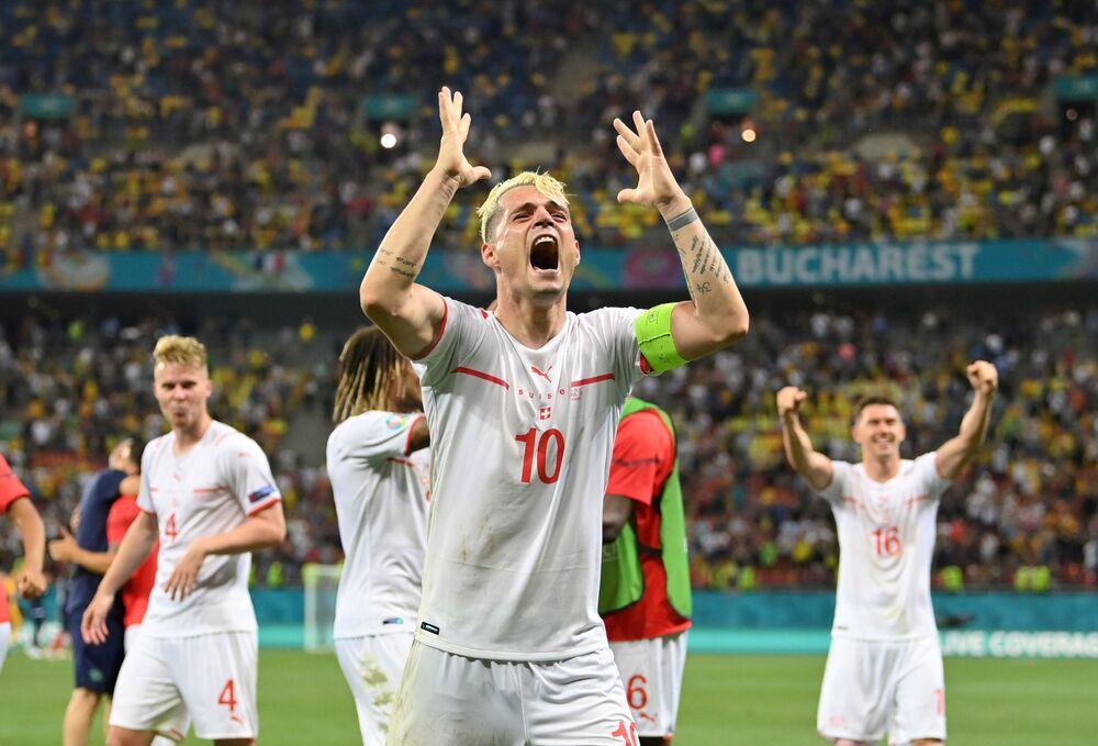 مباراة دور الـ 16 من بطولة يورو 2020 - كابتن منختب سويسرا جرانيت جاكا يعبر عن فرحته بالفوز على المنتخب الفرنسي في المعلب الوطني في بوخارست، رومانيا  28 يونيو 2021