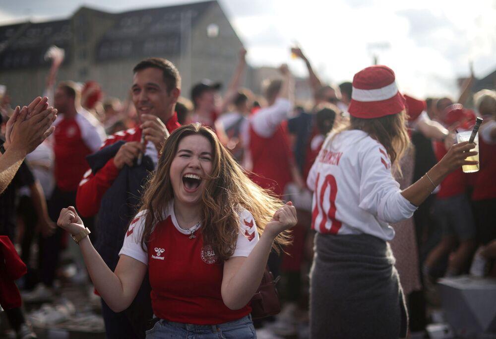 مباراة دور الـ 16 من بطولة يورو 2020 - مشجعو منتخبي ويلز والدنمارك يتجمعون في ملعب باركن في كوبنهاغن، الدنمارك 26 يونيو 2021