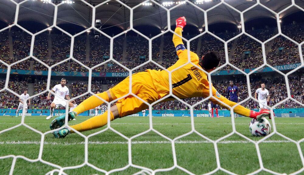 مباراة دور الـ 16 من بطولة يورو 2020 - حارس مرمى الفرنسي هوغو لوريس يصد ضربة جزاء التشيكي ريكاردو رودريغيز، التي انتهت بفوز المنتخب السويسري على الفرنسي في الملعب الوطني في بودابست، المجر  28 يونيو 2021