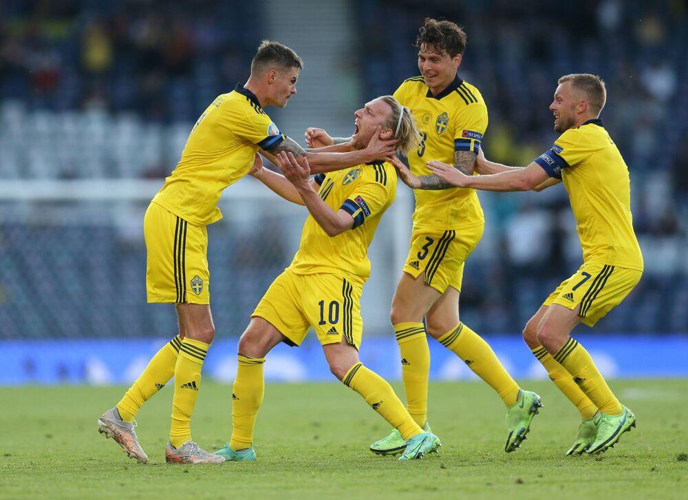 مباراة دور الـ 16 من بطولة يورو 2020 - اللاعب السويدي إيميل فورسبيرغ يعبر عن فرحه بتسجيل الهدف الأول لمنتخبه في مباراة ضد منتخب أوكرانيا في ملعب هامبدن بارك في غلاسكو، اسكتلندا، بريطانيا، 29 يونيو 2021