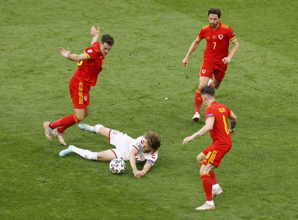 مباراة دور الـ 16 من بطولة يورو 2020 - اللاعب الدنماركي ماتياس جنسن مع الويلزي آرون رامزي خلال مباراة في ملعب يوهان كرويف، أمستردام، هولندا،  26 يونيو 2021