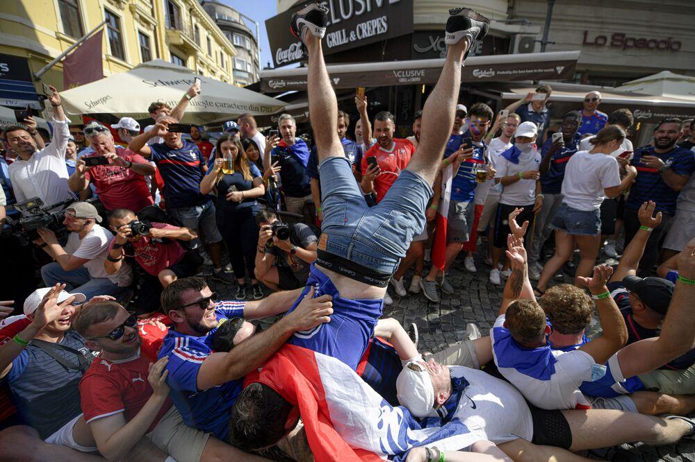 مباراة دور الـ 16 من بطولة يورو 2020 - مشجعو المنتخب الفرنسي يتجمعون في بوخارست خلال مباراة فرنسا والسويسرا، رومانيا، 28 يونيو 2021