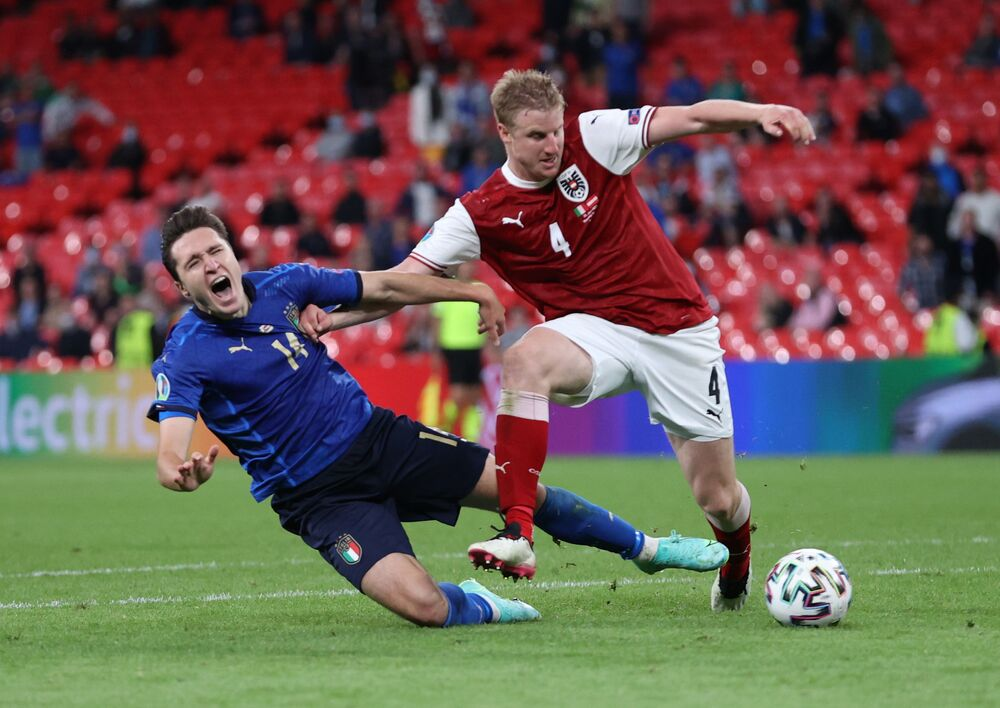 مباراة دور الـ 16 من بطولة يورو 2020 - لاعب المنتخب الإيطاليفيديريكو تشيزا  والنمساوي مارتن هينتيرغير في ملعب أولمبيكو، إيطاليا 26 يونيو 2021