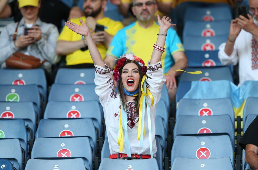 مباراة دور الـ 16 من بطولة يورو 2020 - مشجعة أوكرانية قبل بدء مباراة السويد وأوكرانيا في ملعب هامبدن بارك في غلاسكو، بريطانيا  29 يونيو 2021