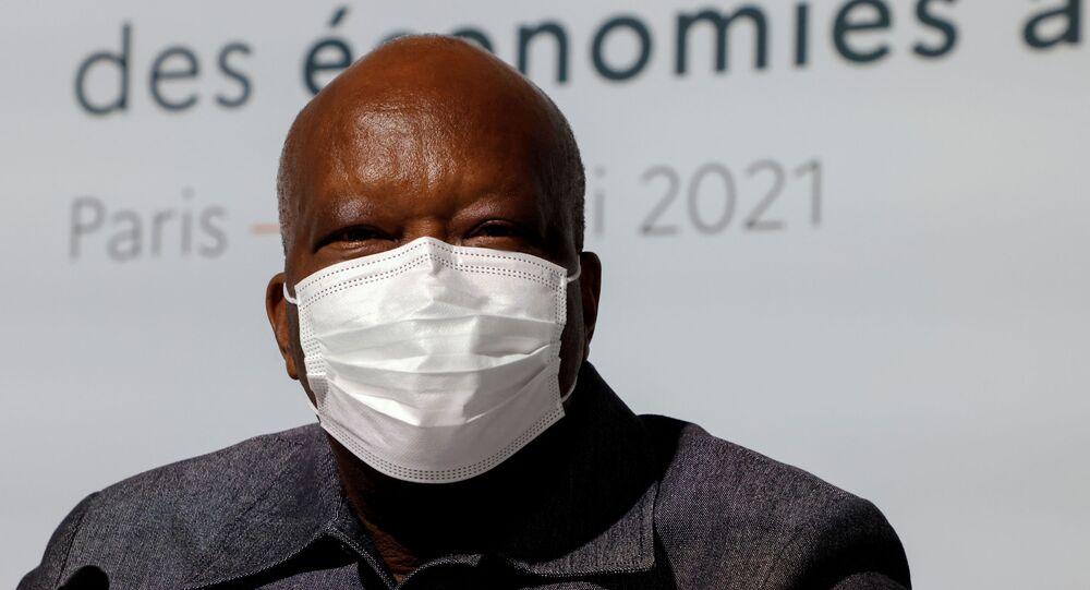رئيس بوركينا فاسو روش مارك كريستيان كابوري يقف أمام الجلسة الافتتاحية لقمة حول تمويل الاقتصادات الأفريقية في باريس