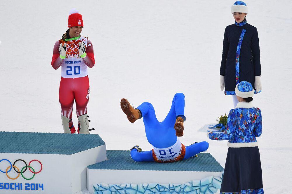 الحائز على الميدالية الذهبية السويسري ساندرو فيليتا (يسار) يشيد بالحاصل على الميدالية الفضية الإيطالي كريستوف إنرهوفر خلال مراسم توزيع الزهور للمراكز الثلاثة الأولى، في بطولة المشترك للتزلج على جبال الألب للرجال في مركز ألب روزا خوتر، خلال دورة الألعاب الأولمبية الشتوية في سوتشي، روسيا 14 فبراير 2014