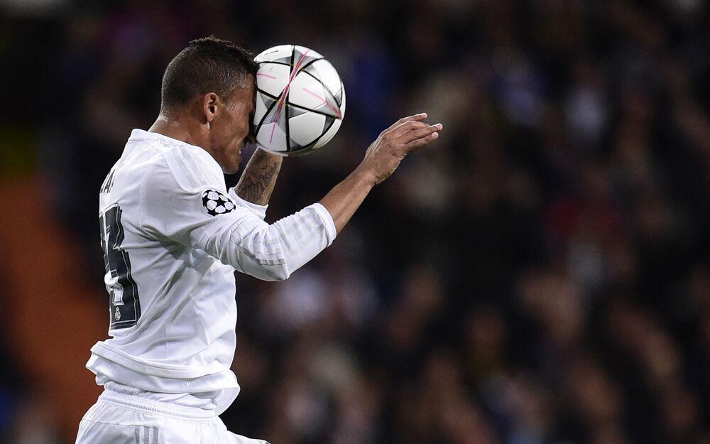مدافع منتخب ريال مدريد البرازيلي دانيلو يسدد الكرة برأسه  خلال دور الـ16 من دوري أبطال أوروبا يويفا، مباراة الإياب بين ريال مدريد وروما في ملعب سانتياغو برنابيو في مدريد في 8 مارس 2016