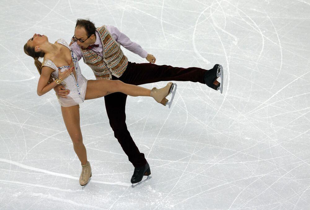الألمانيان ألكسندر غازسي ونيلي تشيجانشينا عرضًا في رقصة التزلج على الجليد القصيرة في قصر التزلج على الجليد خلال دورة الألعاب الأولمبية الشتوية في سوتشي، روسيا 16 فبراير 2014