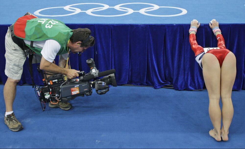 تم تصوير لاعبة الجمباز الأمريكية شون جونسون خلال جولات تصفيات لألعاب الجمباز بين النساء في أولمبياد بكين 2008 في بكين، الصين 10 أغسطس 2008
