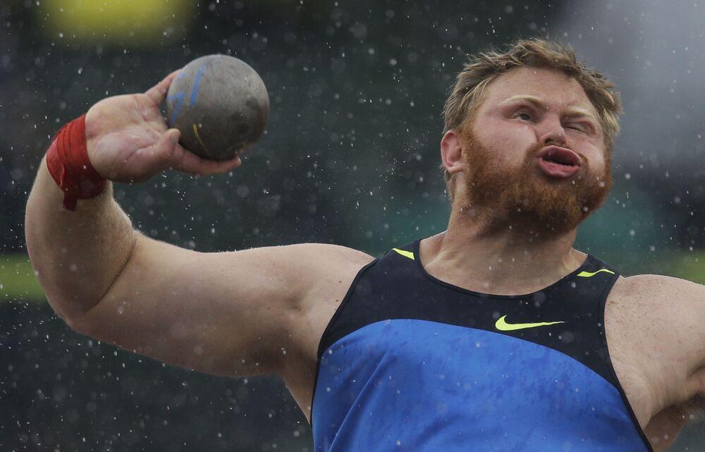الرامي كورتيس روبرتس خلال منافسة رمي الثقل للرجال، ضمن سباقات المضمار والميدان الأولمبية الأمريكية في يوجين، أوريغون، الولايات المتحدة، 23 يونيو 2012